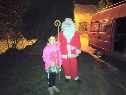 Święty Mikołaj nie na saniach, tylko na strażackim wozie w Bukowie