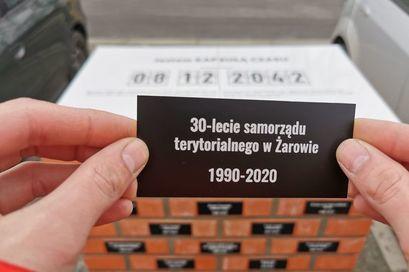 Pamiątkowe tabliczki zamontowane na Kapsule Czasu