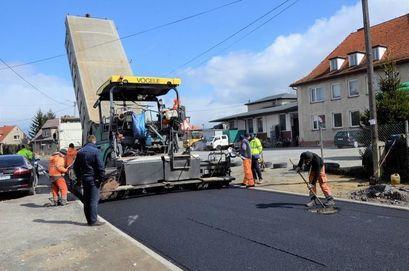 Droga przy ul. Słowiańskiej w Żarowie z nową nawierzchnią asfaltową