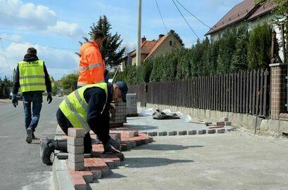 Trwa remont chodnika i budowa ścieżki pieszo-rowerowej przy ul. Słowiańskiej