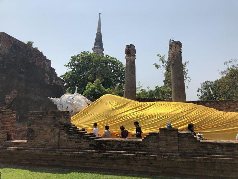 Ayuttaya - w świątyniach było sporo ludzi