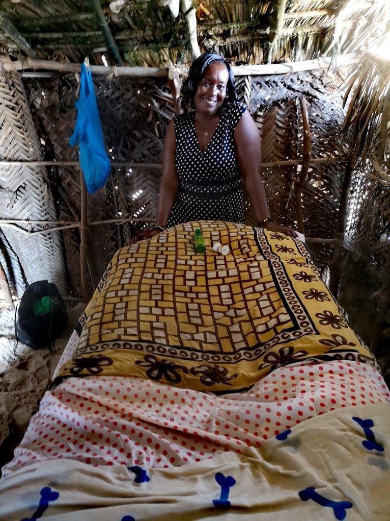Mama Masai w swojej budzie na plaży czeka na klientów.