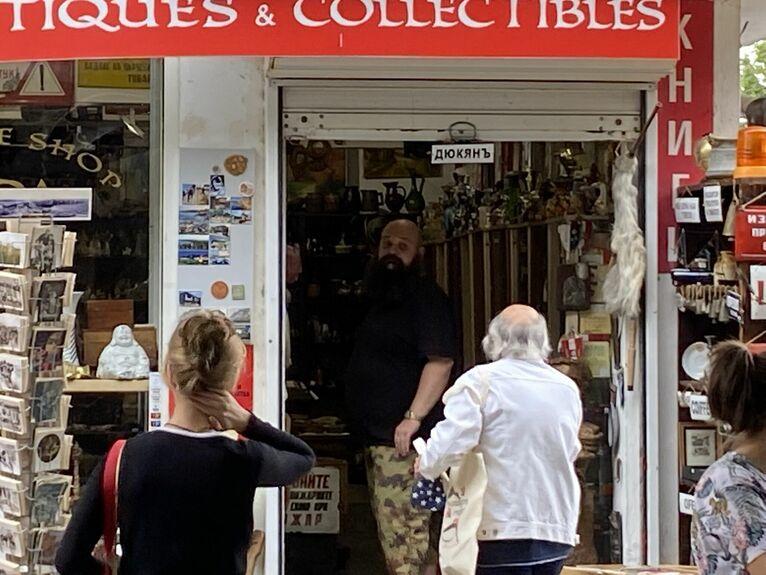 Mało kto nosi maseczki w sklepie.