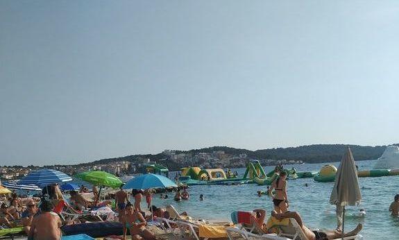 Plaża w Trogirze pełna