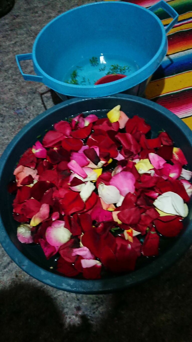 Dziecko po tygodniu kąpane jest w płatkach róży i ziołach.