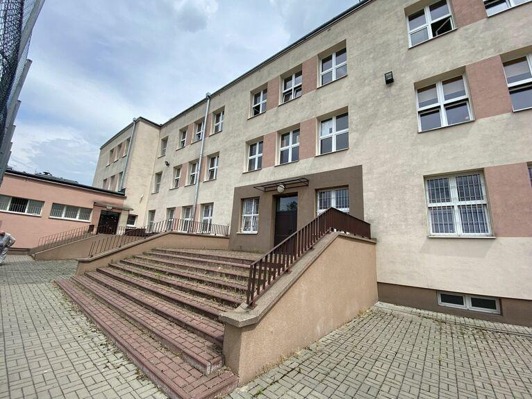 Fragment starej szkoły i schody, na których rodzice dowiedzieli się o tragedii.