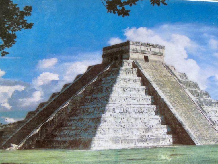 Pierzasty wąż schodzi z piramidy.