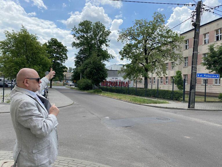 Szkoła wówczas tak nie wyglądała, Jacek pokazuje dobudowane skrzydło.