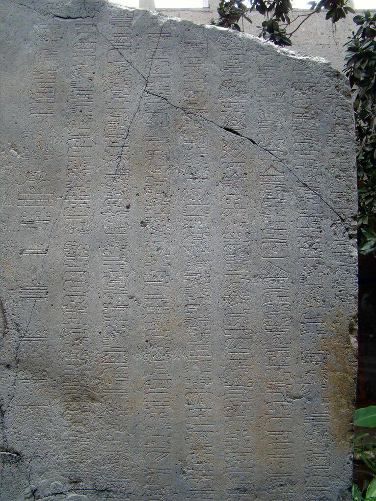 Stela 1 z La Mojarra, na której zapisano dwie daty w długiej rachubie. Zdjęcie Wikipedia/domena publiczna