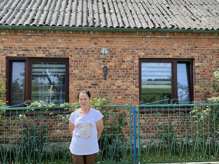 Ewa Górnik przed swoim domem. Chroni ją Matka Boska.
