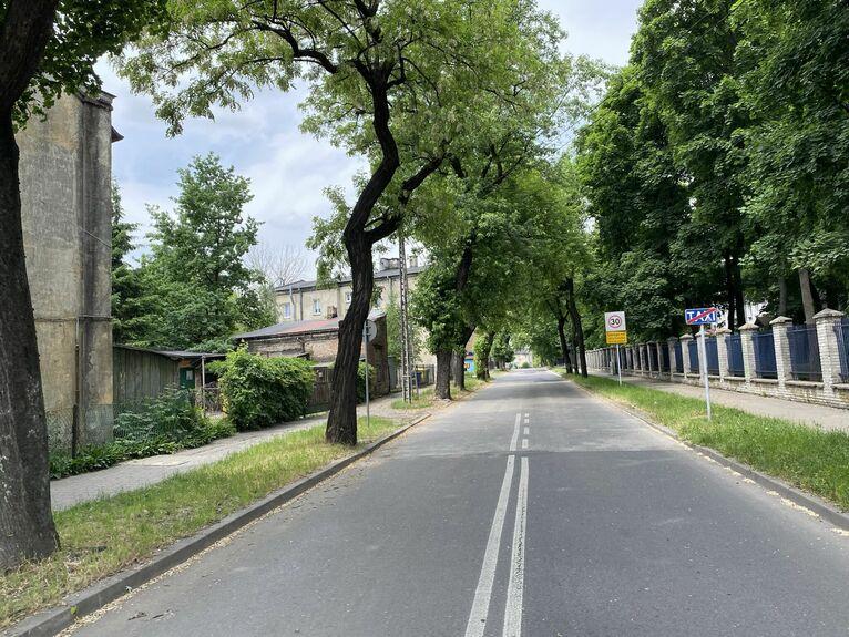 Dzielnica zmienia oblicze, asfaltowe uliczki, dużo zieleni.