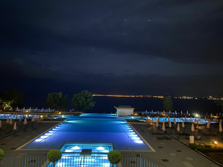 Widok z hotelu nocą.