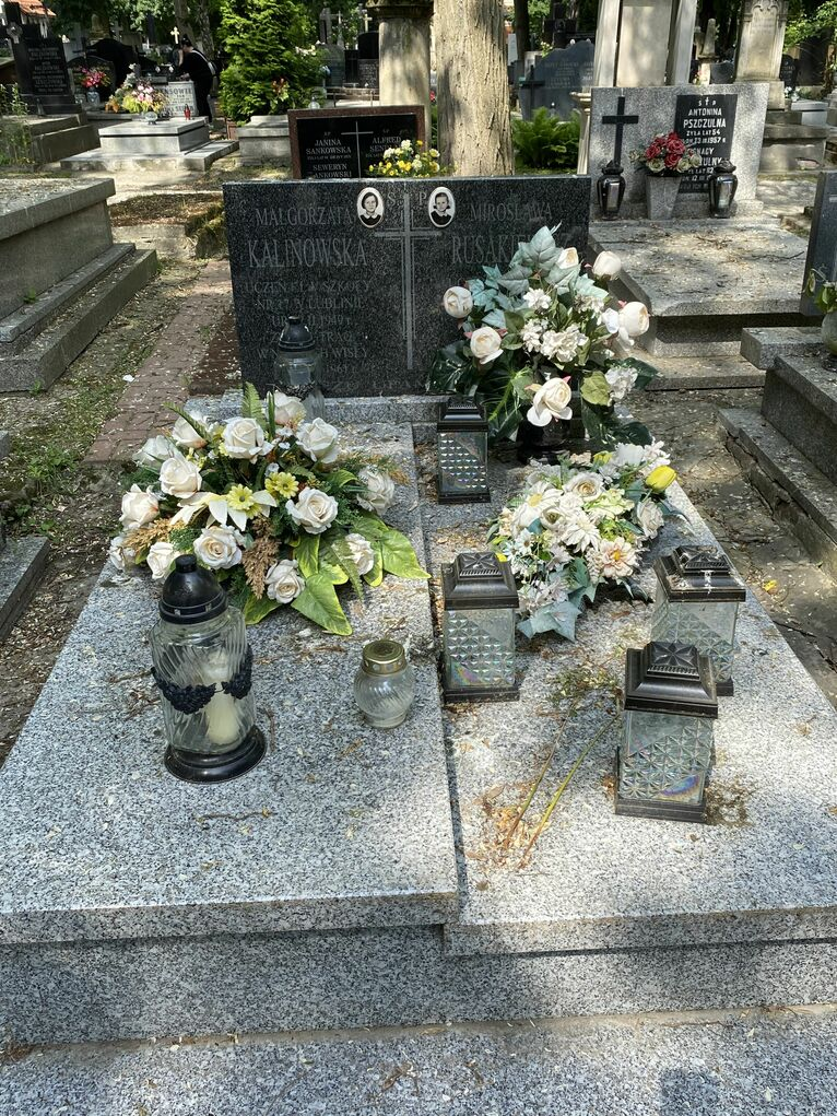 Dwie dziewczynki leżą we wspólnym grobie.
