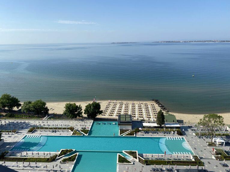 Hotelowy basen i plaża.