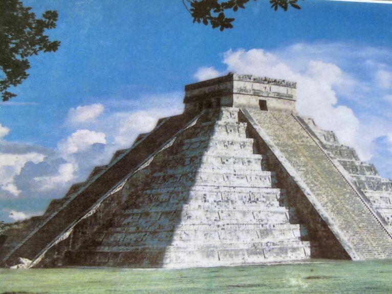 Wąż schodzi z piramidy.