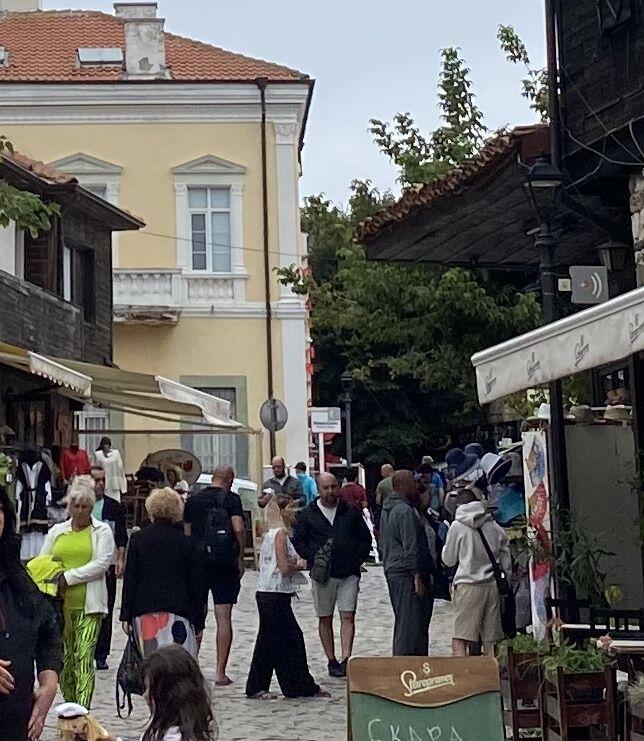 Tłumy turystów na ulicach Sozpolu.