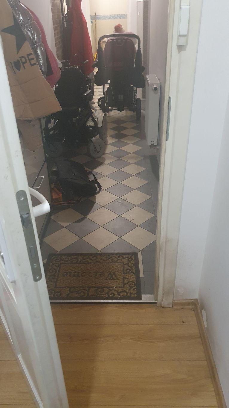 Wózek Natalki stoi na korytarzu