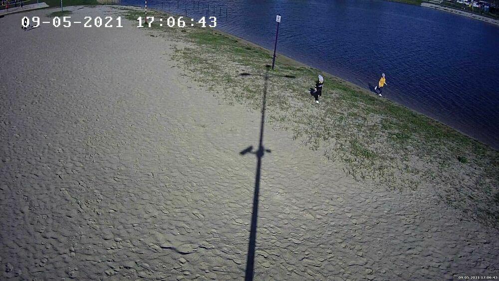 samotne dzieci nad zalewem w opocznie