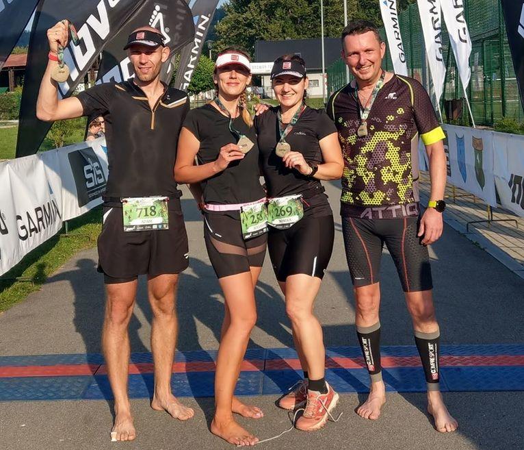 Na zdjęciu Zawodnicy Monika Ziemkowska, Roksana Anusz, Adam Anusz i Marcin Stefanowski na mecie zawodów.