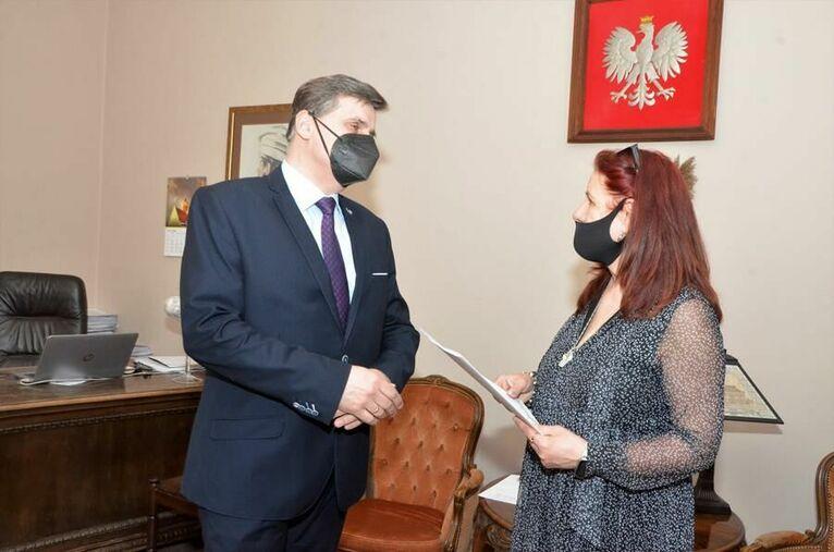 burmistrz Leszek Michalak i Elżbieta Wierzyk dyrektor Bajkowego Przedszkola w Żarowie